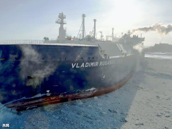 ロシアは北極LNGを日本に初出荷した(2018年3月、ロシア北部ヤマル半島に入港した砕氷LNG船)=共同