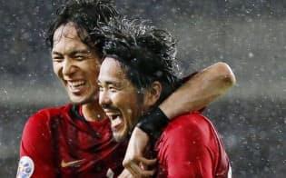 浦和―蔚山 後半、2点目のゴールを決め、杉本(左)と喜ぶ浦和・興梠(26日、蔚山)=共同