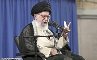 26日、テヘランで司法職員らと面会するイランの最高指導者ハメネイ師=最高指導者事務所・AP