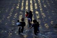 リオグランデ川を渡って米へ不法入国しようとする移民は絶えない(メキシコ・シウダフアレス)=ロイター