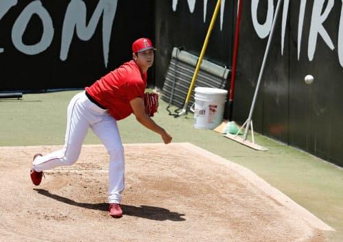 ブルペンで右肘手術後に初めて投球練習する米大リーグ、エンゼルスの大谷翔平(26日、アナハイム)=共同