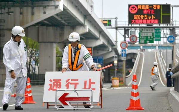 通行止めとなった阪神高速の入り口(27日午前、大阪市西区)=小幡真帆撮影