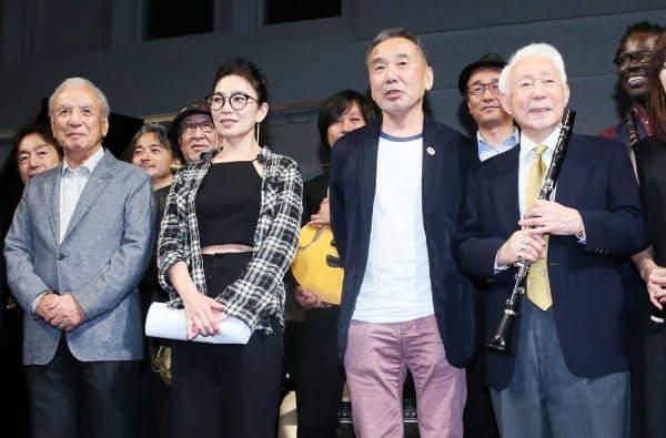 公開収録を終えて撮影に応じる渡辺さん、大西さん、村上さん、北村さん(左から)=26日、東京都千代田区