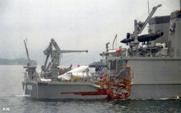 貨物船と衝突し、損傷した海上自衛隊の掃海艇「のとじま」(27日午前5時30分ごろ、広島県尾道市高根島沖、尾道海上保安部提供)=共同