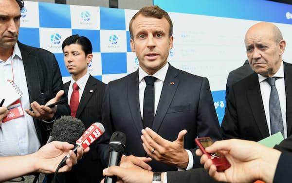 討論会の後、取材に応じるマクロン仏大統領(27日午前、東京都江東区の日本科学未来館)