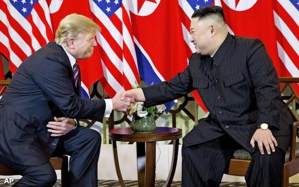 2回目の米朝首脳会談で握手するトランプ米大統領と北朝鮮の金正恩委員長(2月27日、ハノイ)=AP