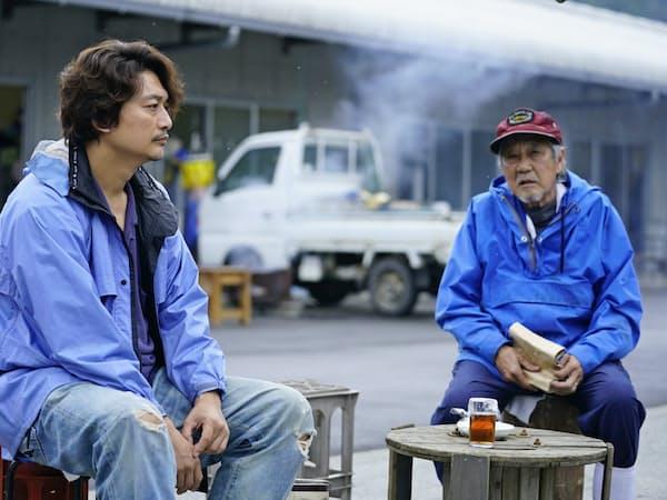 「凪待ち」の香取慎吾(左)と吉澤健                                                   (C)2018「凪待ち」FILM PARTNERS