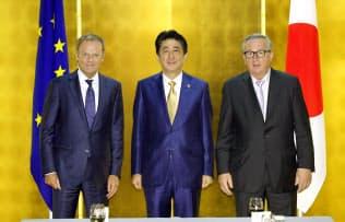 ワーキングランチを前にEUのトゥスク大統領(左)、ユンケル欧州委員長(右)と記念写真に納まる安倍首相(27日午前、大阪市内のホテル)=代表撮影