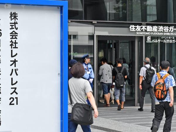 レオパレス21の株主総会に向かう株主ら(27日午前、東京都渋谷区)