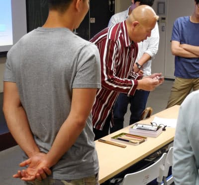 東京大学で実技を含む芸術を教える画家のO JUNさん