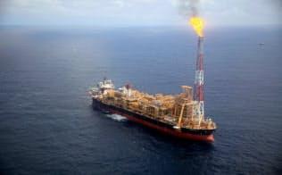 仏トタルは160億ドルを投じてカオンボ・スル石油鉱床に浮体式設備を設置し、日量23万5000バレルの採掘を始めた=ロイター