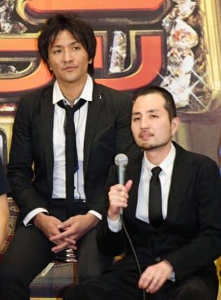 スリムクラブの真栄田賢さん(左)と内間政成さん=共同