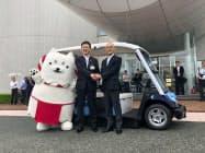 出発式で握手を交わす渡部磐田市長(中央)とヤマハ発動機日高社長(右)