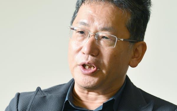 インタビューに答えるLIXILグループの瀬戸欣哉社長兼CEO(27日、東京・霞が関)