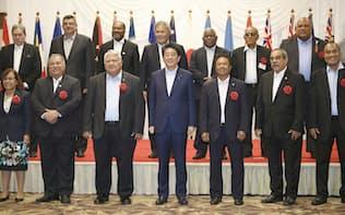 「太平洋・島サミット」で、島しょ国の首脳らと記念撮影に応じる安倍首相(前列中央)=2018年5月、福島県いわき市