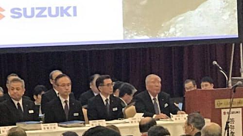 株主総会に出席する鈴木会長、鈴木社長ら経営陣