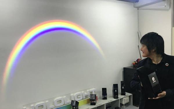 虹色の光を鮮やかに映し出せる新型の照明機器「ホロライト・レインボウ」
