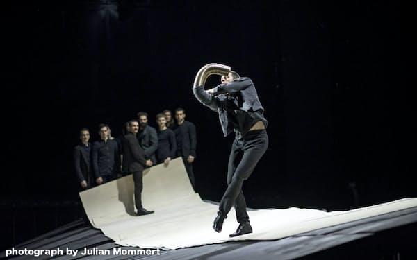 サーカスや手品を思わせる独特な身体表現も随所にちりばめられ、観客を驚かせる=photograph by Julian Mommert