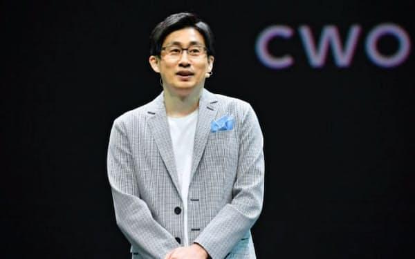 事業戦略を発表するLINEの慎ジュンホ代表取締役CWO(27日、千葉県浦安市)