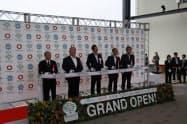 開業式典でテープカットをする岡山市の大森市長(右から2人目)ら(27日、岡山市)