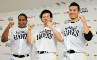 オールスターに選出され、ポーズをとるソフトバンクの(左から)デスパイネ、松田宣、千賀(27日、ヤフオクドーム)=共同