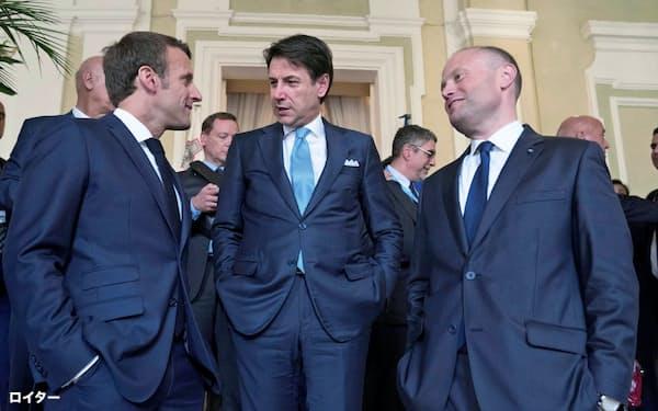 マクロン仏大統領(左)はイタリアのコンテ首相(中央)ら南欧諸国の首脳に英国への強硬姿勢を呼び掛けた(14日、マルタ)=ロイター