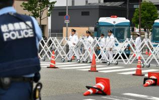 要人が宿泊する施設付近で警備する警察官ら(27日午前、大阪市北区)