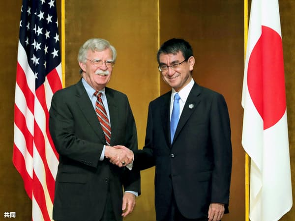 握手する米国のボルトン大統領補佐官(左)と河野外相(27日午後、大阪市)=代表撮影・共同