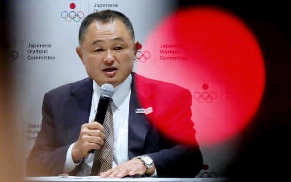 記者会見する日本オリンピック委員会の山下新会長(27日、東京都新宿区)