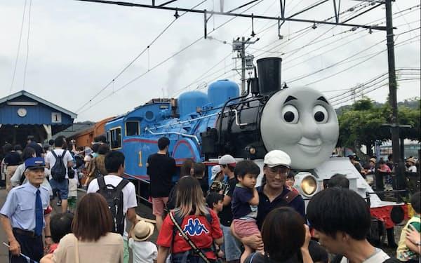 家族連れでにぎわうトーマス号の出発式(23日、島田市)