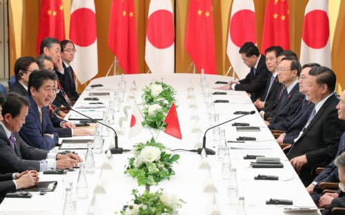 中国の習近平国家主席(右端)と会談する安倍首相(27日、大阪市)=代表撮影