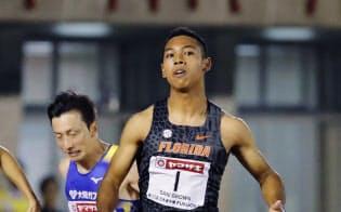 男子100メートル準決勝 10秒05の2組1着でゴールするサニブラウン・ハキーム=右(27日、博多の森陸上競技場)=共同