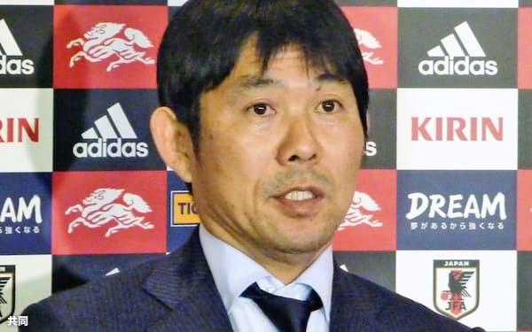 サッカーの南米選手権から帰国し、取材に応じる森保監督(27日、千葉県成田市)=共同
