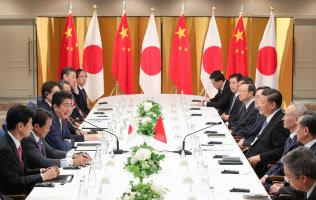中国の習近平国家主席(右手前から4人目)と会談する安倍晋三首相(27日、大阪市)=代表撮影