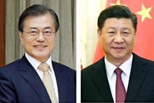 韓国の文在寅大統領(左)と中国の習近平国家主席=ロイター・共同