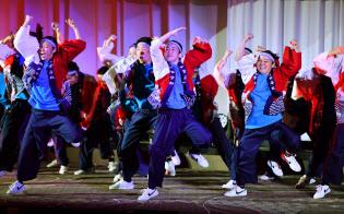 「大阪・関西歓迎レセプション」でダンスを披露する大阪府立今宮高校の生徒たち(27日午後、大阪市北区)=代表撮影