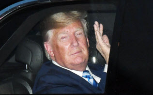G20サミットに出席するため来日し、車中から手を振るトランプ米大統領(27日午後、大阪市北区)=浦田晃之介撮影