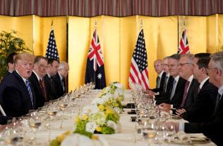 27日、オーストラリアのモリソン首相との会談に臨むトランプ米大統領(左端)=AP