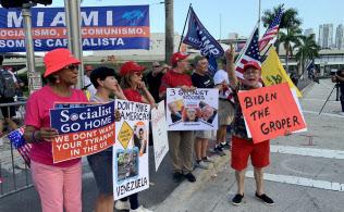 米民主党のテレビ討論会の会場周辺にはトランプ支持者も集まった(26日、フロリダ州マイアミ)