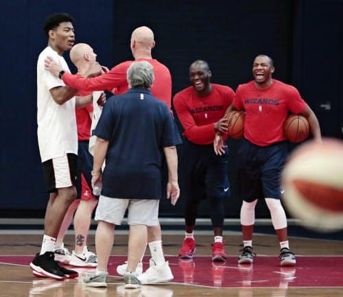 NBA、ウィザーズのミニキャンプに参加し、笑顔を見せる八村塁=左端(27日、ワシントン)=共同