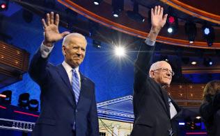民主党討論会に登壇したバイデン氏(左)とサンダース氏(マイアミ、27日)=AP