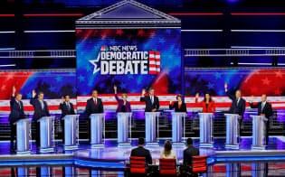 米大統領選候補者テレビ討論会の一日目には10人の候補者が議論を繰り広げた=ロイター