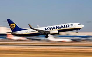 2018年7月、スペインの空港を離陸するライアンエアー機=ロイター