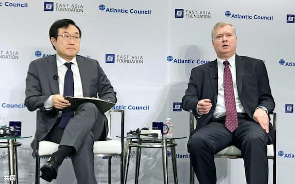米国のビーガン氏(右)と韓国の李度勲氏は19日にも米ワシントンでのシンクタンクの会合で顔を合わせた=共同