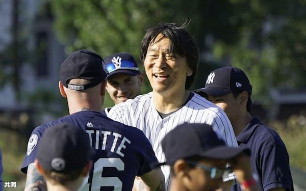 野球教室に参加し、笑顔を見せる松井秀喜氏(27日、ロンドン)=共同