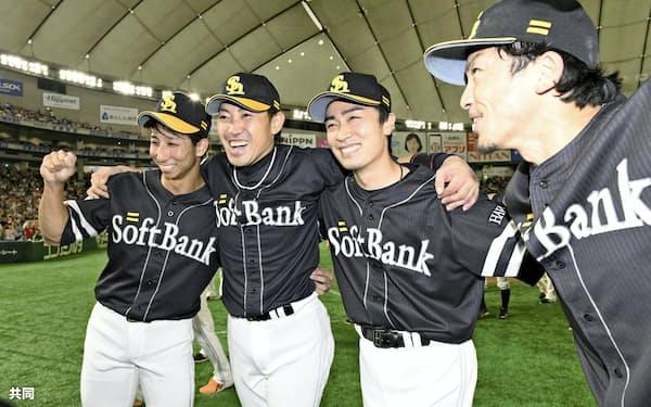 交流戦優勝を決め、喜ぶソフトバンクの(左から)福田、内川、和田、松田宣=共同