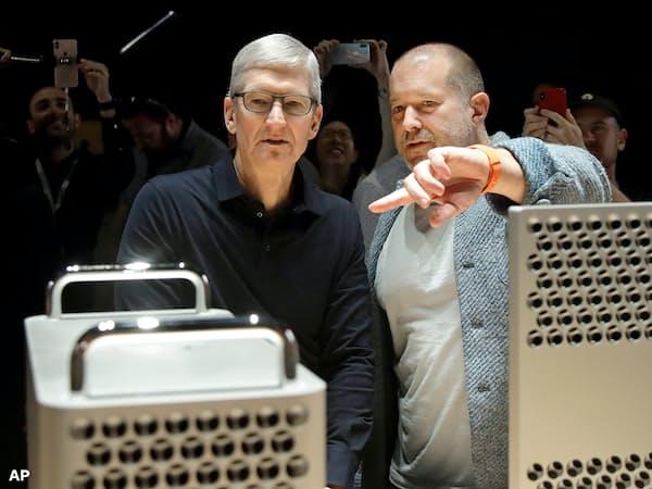 アイブ氏(右)は今後もアップルが革新的な製品を開発する上ではCEOのクック氏以上に重要な存在とみられてきた=AP