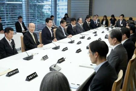 首相官邸で開かれたワークライフバランス推進協議会などの合同会議(28日)