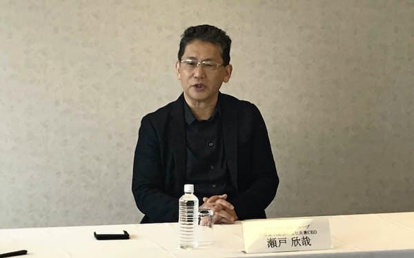 報道陣の取材に応じるLIXILグループの瀬戸欣哉社長兼CEO(東京・千代田)