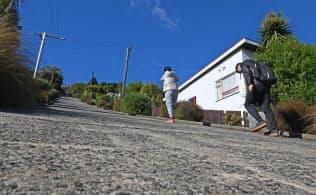 坂の途中から急に勾配がきつくなる(ニュージーランド・ダニーデン)=井上昭義撮影